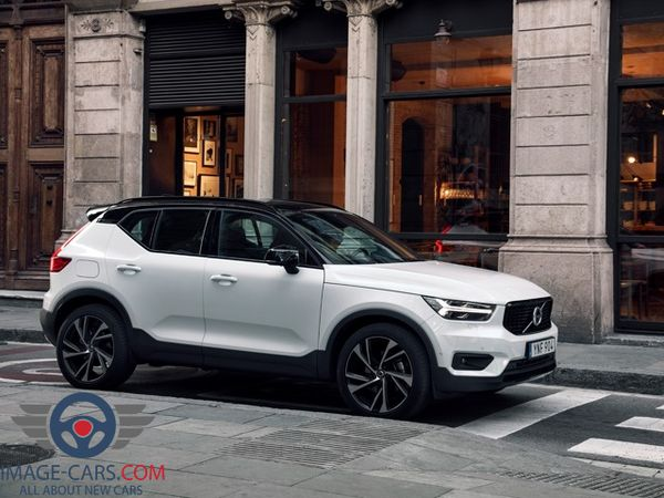 Right side view of Volvo CX 40 of 2018 year