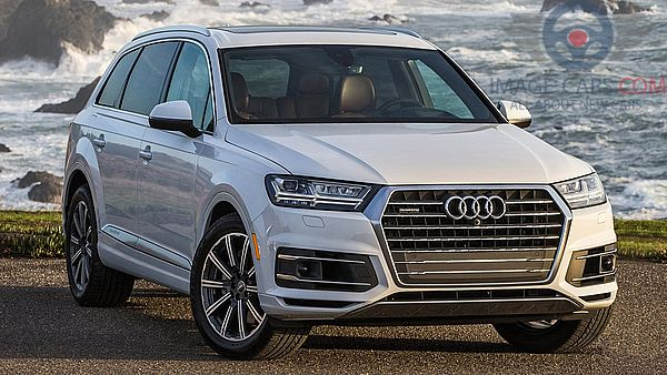 Front Right side of Audi Q7 of 2018 year