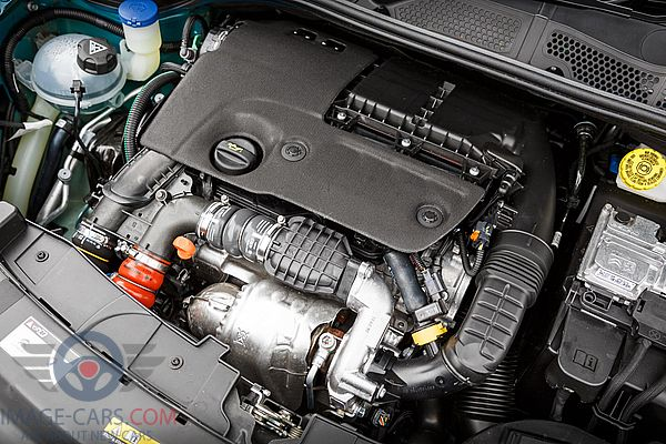 Engine view of Citroen C4 Cactus of 2018 year
