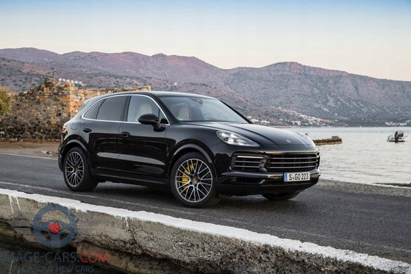 Front Right side of Porsche Cayenne of 2018 year