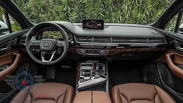 Dashboard view of Audi Q7 of 2018 year