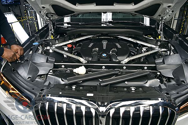 Engine view of BMW X7 of 2019 year